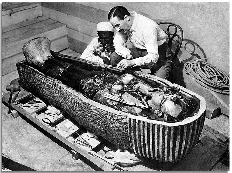 howard-carter-opening-tomb-of-tutankhamun