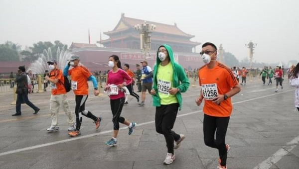 Marathon Wearing Masks to survive the air pollution levels of the city